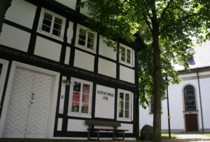 Idyllisch: Kirchplatz in Verl (Quelle: Stadt Verl)