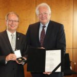MdL André Kuper und Dr. Rolf Gerlach: Überreichung von Medaille und Urkunde