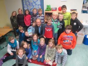 André Kuper inmitten der Kinder beim Vorlesetag (Foto: Privat)